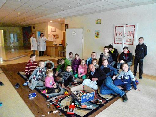 Thomas Harms (vorne) mit Geschenken bei seinem mehr als willkommenen Besuch in einem Krankenhaus in Kiew   Foto: zVg Foto: Weiler Zeitung