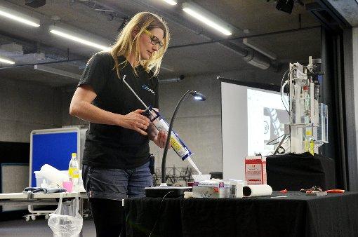 Aus Silikonmasse und Speisestärke wird Kunststoff hergestellt.  Foto: Martina Proprenter Foto: Die Oberbadische