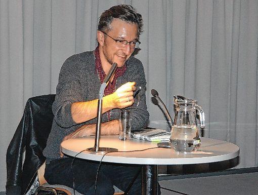 Lukas Bärfuss bei seiner Lesung im Hebelsaal des Dreiländermuseums.    Foto: Walter Bronner Foto: Die Oberbadische