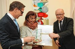 Rainer Liebenow (links), Vorsitzender des Stiftungsrats, und Vorsitzender Norbert Dietrich zeichnen Gabriele Birlin-Pflüger für ihr vielfältiges Engagment mit dem Ehrenpreis aus. Foto: Die Oberbadische