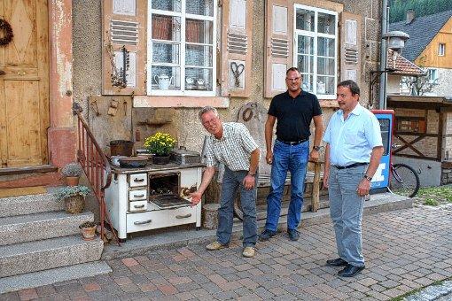 Georg Staudenmayer, Rainer Sobiera und Klaus Wetzel (von links) vor dem Wohnhaus der alten Schmiede.   Foto: Saskia Scherer Foto: Markgräfler Tagblatt