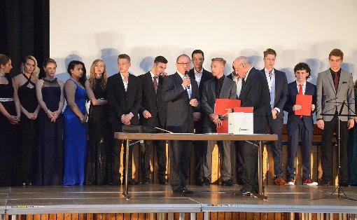 Schulleiter Manfred Stratz und Manfred Grether verteilten die Preise.   Foto: Martina Proprenter Foto: Die Oberbadische