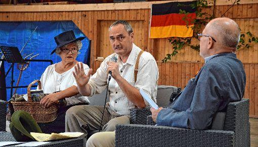 Emma und Georg Herwegh (Monika Haller und Klaus Streicher, v. l.) im Interview mit Heinz Siebold (r.).  Foto: Silvia Waßmer Foto: Die Oberbadische