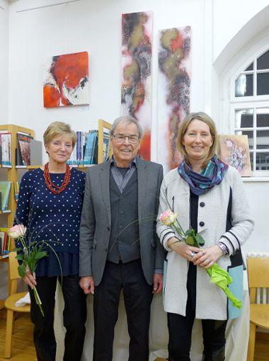 Margrit Stolz (links), Laudator Franz Dischinger und Sabine Stolz eröffnen die Ausstellung in der Bibliothek. Foto: Willi Vogl