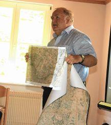 Bevor der Historiker den Besuchern die Verteidigungsanlagen vor Ort erklärte, gab es einen Vortrag  über die Geschichte Neuenwegs zur Zeit der Religionskriege. Foto: Markgräfler Tagblatt