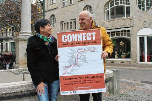 """Freuen sich auf mehr """"connect"""" zwischen den Kunstvereinen dreier Städte: Ellen Mosbacher (VBK) und Johannes Kehm (Kunstverein Schopfheim). Foto: Gabriele Hauger"""