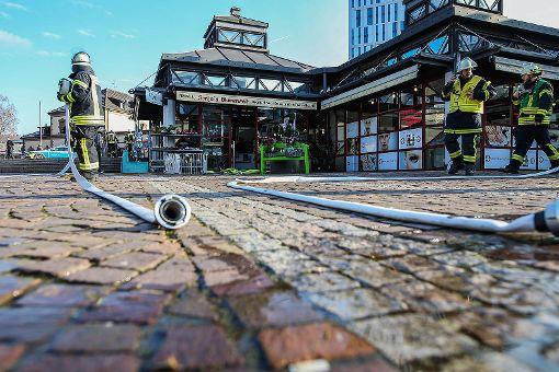 Zu einem Küchenbrand in einem Blumenladen auf dem Bahnhofsplatz musste die Lörracher Feuerwehr am Samstag ausrücken. Foto: Kristoff Meller  Foto: Kristoff Meller
