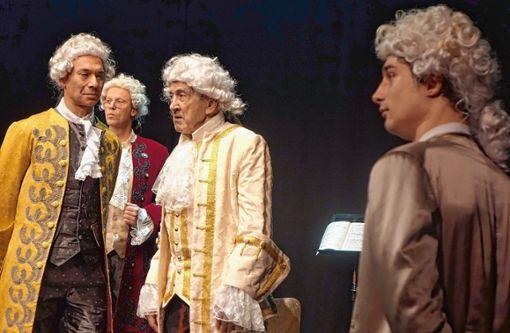 """Mozart (Falk Döhler, rechts), umgeben vom Wiener Hofstaat (Lothar Hohmann, Percy von Tomei, Dieter Mainka) in der Neuinszenierung von """"Amadeus"""" im Förnbacher Theater Basel. Foto: Jürgen Scharf"""