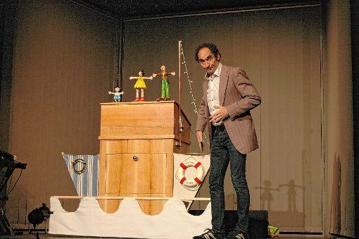 Der Puppenspieler Lars Frank wird zum Meeresbiologen Lars Mordatzki, der sich an seine Kindheit auf einem Kreuzfahrtschiff erinnert.   Foto: Ursula König Foto: Die Oberbadische