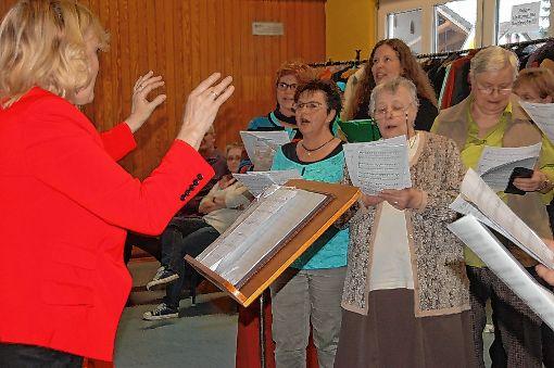 Beim Frühlingsbrunch des Gesangvereins Nordschwaben gab es auch gesangliche Einlagen mit der neuen Dirigentin Eva Medahuthinov.   Foto: Petra Wunderle Foto: Die Oberbadische