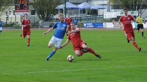Weils Kapitän Yannik Weber (links), hier im Duell mit dem Au-Wittnauer Philipp Maier, bringt seine Mannschaft nach der Pause mit 1:0 in Front. Foto: Uli Nodler