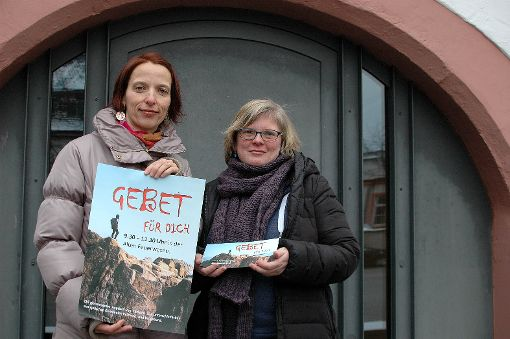 Erste Anlaufstelle für das Gebet ist die alte Feuerwache, hier mit Damaris Tschirner (l.) und Gudrun Mauvais.    Foto: Ursula König Foto: Die Oberbadische