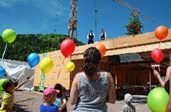 Das Richtfest für den neuen Kindergarten in Langenau feierten auch die künftigen Nutzer kräftig mit.    Fotos: Werner Müller Foto: Markgräfler Tagblatt