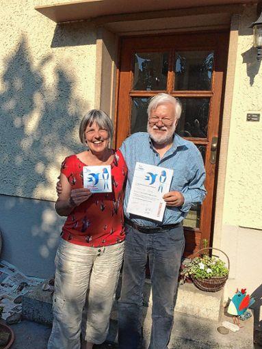 Mit Herz und Heim für Schwalben: Friedhild und Martin Retter.     Foto: zVg Foto: Markgräfler Tagblatt