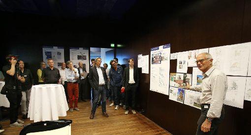 """Fritz Wilhelm erläutert beim """"Zukunftstag"""" im Burghof die Überlegungen der Arbeitsgruppe """"Preiswert bauen"""".   Foto: Kristoff Meller Foto: Die Oberbadische"""