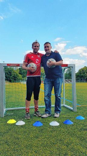 Christian Schloz (l.)  gibt nach vier Jahren  den Trainerjob in der Fußballschule an Jörg Steinebrunner ab.   Foto: Mirko Bähr Foto: Die Oberbadische