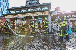 Zu einem Küchenbrand in einem Blumenladen auf dem Bahnhofsplatz musste die Lörracher Feuerwehr am Samstag ausrücken. Foto: Kristoff Meller  Foto: mek