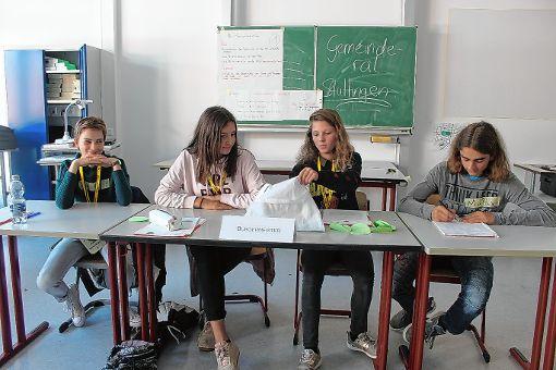 Kämmerin, Bürgermeisterin, Jugendamtsleiterin und der Amtsleiter für Soziales, Kultur und Sport zählen die Ergebnisse der Abstimmungen aus. Foto: Die Oberbadische