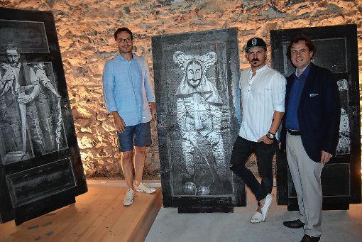 Ralf Thoma mit Jochen Scherzinger und Tobias Ackermann (von rechts) bei der Vernissage im Gewölbekeller.   Fotos: Ulrike Jäger Foto: Markgräfler Tagblatt