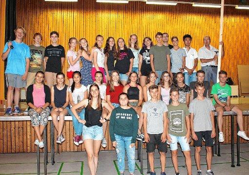 Kurze Verschnaufpause beim Bühnenbau. Neben den Schülern aus der Klasse 9b halfen auch einige Darsteller mit.  Foto: Reißmann Foto: Die Oberbadische