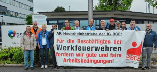Protest bei DSM: Der Arbeitskreis Hochrheinbetriebe in der IG BCE fordert auf einem Transparent vor den DSM-Werktoren in Grenzach faire  Arbeitsbedingungen für die dort tätigen Feuerwehrleute ein.     Foto: Manfred Herbertz Foto: Die Oberbadische