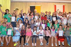 Die siegreichen   Schulklassen des Gerhard-Jung-Wettbewerbs.    Fotos: Paul Berger Foto: Markgräfler Tagblatt
