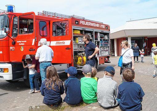 """Passend zum Film """"Feuerwehrmann Sam"""" konnte  vor der Reblandhalle ein Feuerwehrauto inspiziert werden.    Fotos: Daniela Buch Foto: Weiler Zeitung"""
