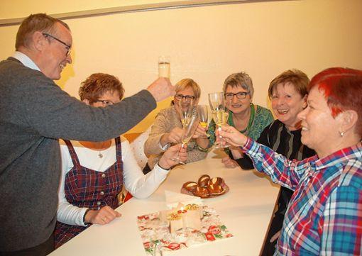 Vergnügt stießen die Genossen beim Neujahrsempfang auf das neue Jahr an. Foto: Petra Wunderle