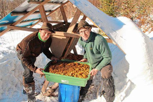 Riccardo Abbate (links) und Stefan Asal mit dem Gaumenschmaus für Rehe. Foto: Rolf Rombach