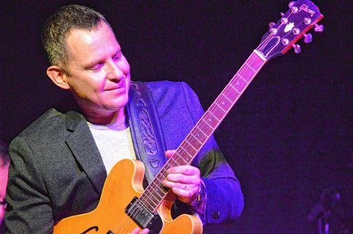 Guy King überzeugt als Gitarrist und Sänger.   Foto: Veronika Zettler Foto: Weiler Zeitung
