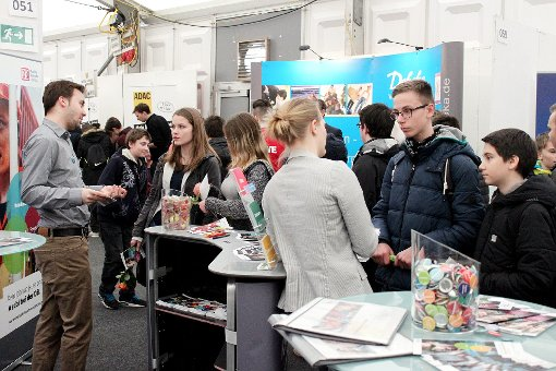 Zahlreiche Schüler pilgerten auf der Job- und Bildungsmesse in Lörrach von Stand zu Stand.    Fotos: Saskia Scherer Foto: Die Oberbadische