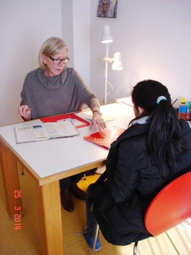 Migrantinnen wird beim Erlenen der deutschen Sprache geholfen.    Foto: zVg Foto: Die Oberbadische