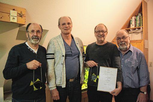 Ernst Kramer (rechts, zweiter ATI-Vorsitzender) ehrte Klaus Reichenbach (von links, 25 Jahre Mitglied), Klaus Goehring (15 Jahre) sowie Andy Wagner (neues Ehrenmitglied).   Foto: Rolf Rombach Foto: Die Oberbadische
