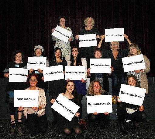 """Wufi-Mitarbeiter untermalten mit Plakaten  die """"Wunder"""".   Foto: Christiane Guldenschuh Foto: Weiler Zeitung"""
