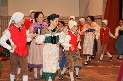 Als Vreneli und Hanseli verzauberten die Kinder das Publikum mit ihrer Tanzeinlage. Foto: Markgräfler Tagblatt
