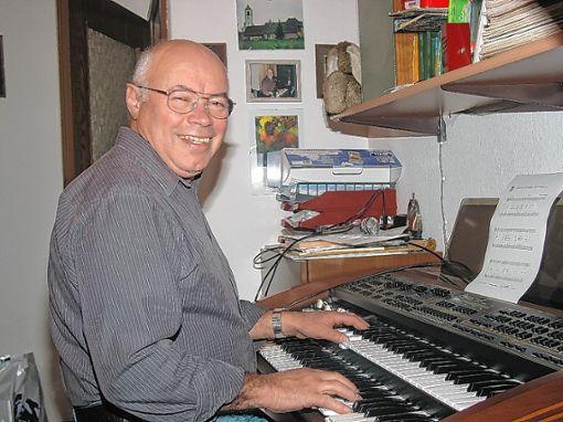 Gustav Händle an seinem Instrument. Foto: Walter Bronner