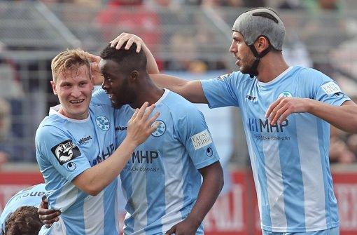 Die Blauen jubeln im Drittliga-Derby: Sandro Abruscia, Stephen Mvibudulu, Klaus Gjasula (v. li.) Foto: Baumann