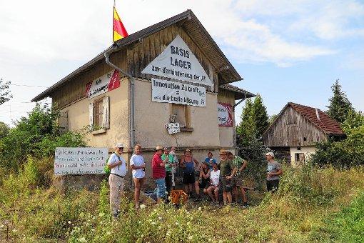 """Als weithin sichtbares Signal der Protestbereitschaft gegen die Bahnplanungen wurde gestern das """"Basislager"""" des BBM in Betrieb genommen.   Foto: Dorothee Philipp Foto: Weiler Zeitung"""