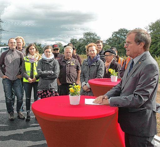 Oberbürgermeister Klaus Eberhardt (rechts) bedankte sich bei allen Beteiligten für die abgeschlossenen Erschließung des Gewerbegebiets Einhege.  Foto: Ulf Körbs Foto: Die Oberbadische