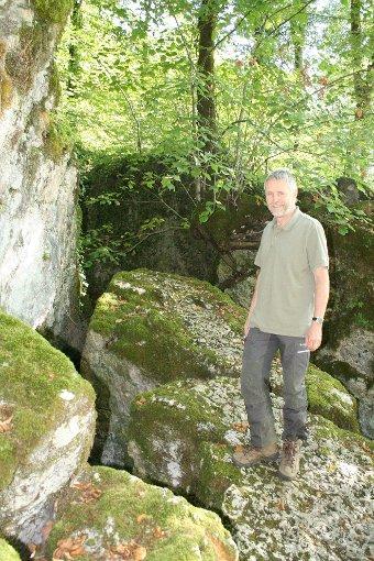 Revierförster Reiner Dickele in der Wolfsschlucht mit ihren bizarren moosbewachsenen Felsen. Foto: Weiler Zeitung