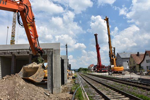 Über Pfingsten wurde an der Rheinstrsaße die neue Fußgängerunterführung unter der Hochrheinbahn eingebaut. Foto: Heinz Vollmar Foto: Heinz Vollmar