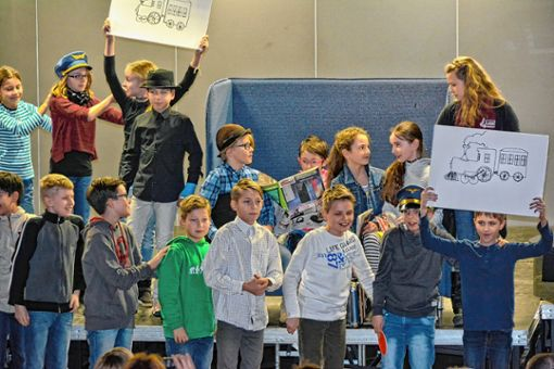 """Die Schüler der Klasse 5a bei ihrer musikalischen Inszenierung von """"Höchste Eisenbahn""""   Foto: Joachim  Pinkawa Foto: Weiler Zeitung"""