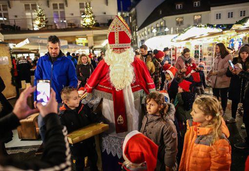 """Der Nikolaus verteilte gemeinsam mit Kindern des Kindergartens """"Sapperlot"""" kleine süße Geschenke. Foto: Meller"""