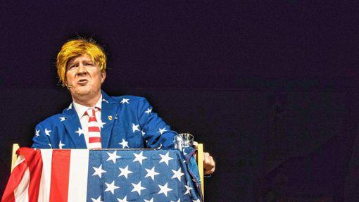Mike Muser sorgte als Donald Trump für Lachtränen im Publikum.    Fotos: Alexander Anlicker Foto: Weiler Zeitung