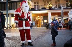 Keine Angst: ein kleines Mädchen begrüßt den Nikolaus. Foto: Kristoff Meller Foto: mek