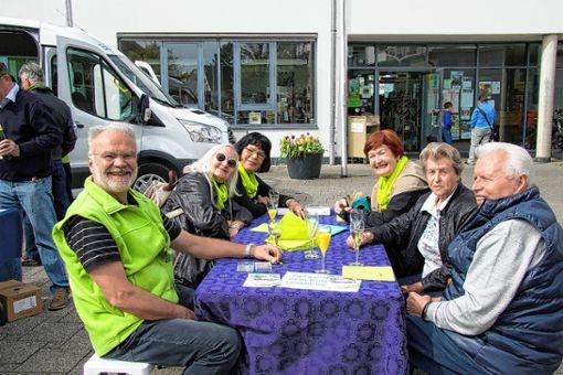 Gut gelaunte Gäste bei der Geburtstagsfeier für den Bürgerbus.   Foto: zVg Foto: Weiler Zeitung