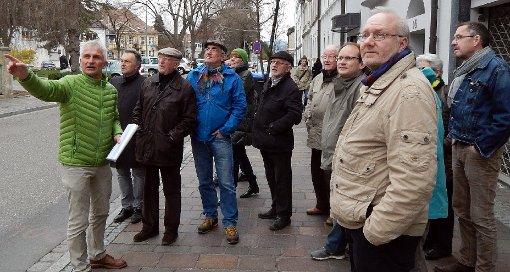 Interessiert lauschten die Bürger den Ausführungen von Gerhard Zickenheiner (links).    Foto: Silvia Waßmer Foto: Die Oberbadische