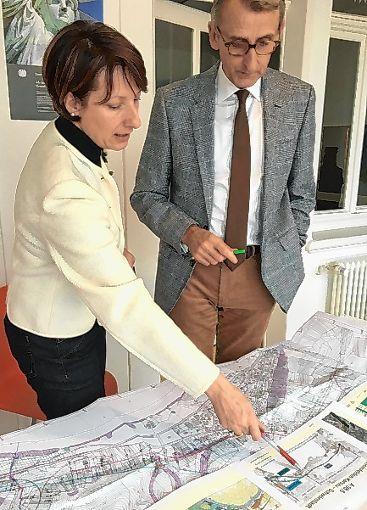 Schwörstadts Bürgermeister-Kandidatin Christine Trautwein-Domschat informierte sich bei Bundestagsabgeordneten Armin Schuster über die A98.  Foto: zVg Foto: Die Oberbadische