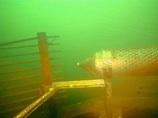 Unter Wasser ist die Wasserprobeentnahme deutlich erkennbar. Von dort fließt das Wasser zur Überwachungsstation.   Foto: zVg Foto: Weiler Zeitung