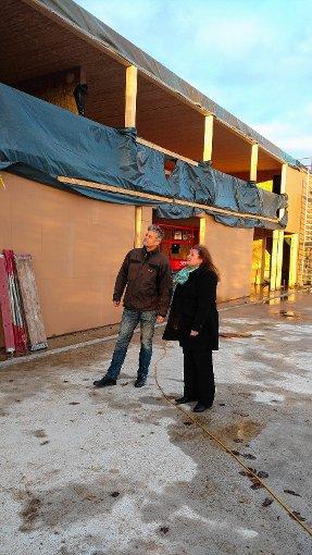 Bürgermeisterkandidat Gunther Braun und Ortsvorsteherin Gabriele Kaiser-Bühler verschaffen sich einen Eindruck von den Sturmschäden. Foto: Markgräfler Tagblatt